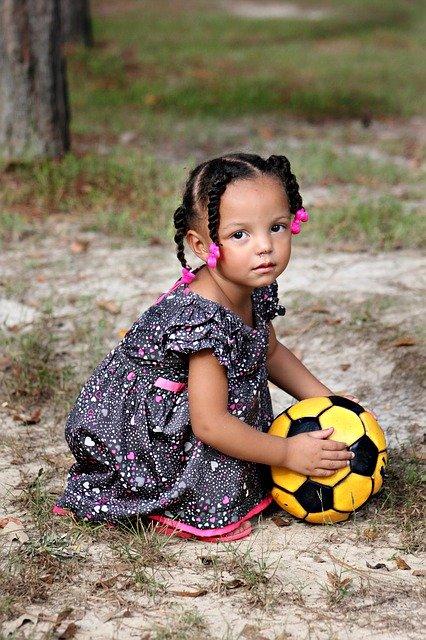 Comportementalisme et manipulation : fillette et ballon de foot